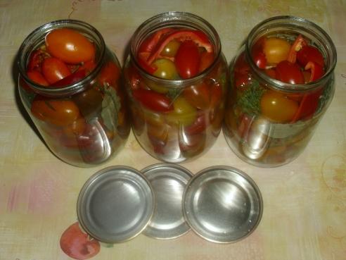 наполнить банки помидорами