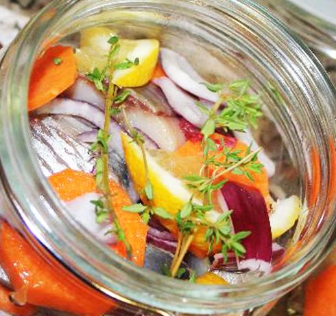 Маринованная килька с овощами