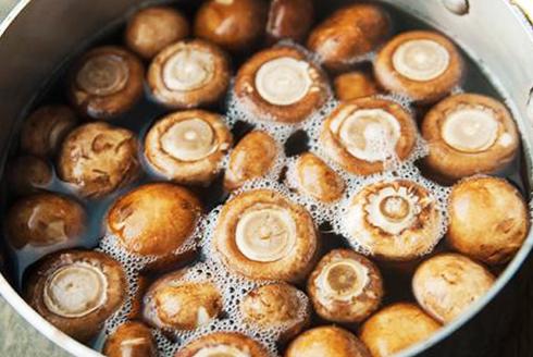 Как правильно бланшировать грибы