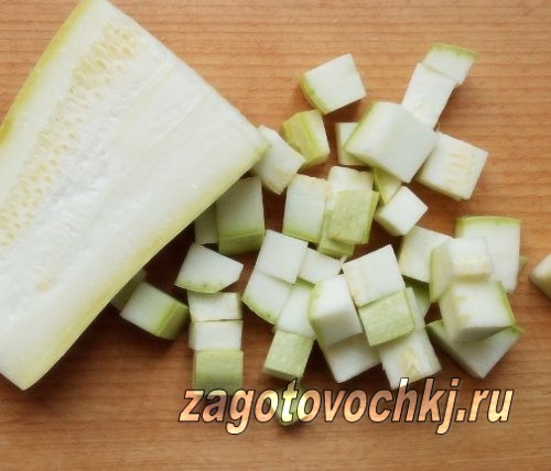 нарезать кубиками кабачки