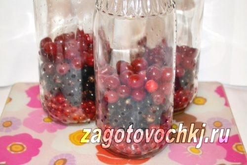 наполнить банки ягодами и фруктами