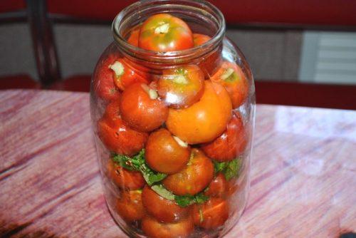 уложить помидоры в банку