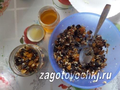 залить медом витаминную смесь