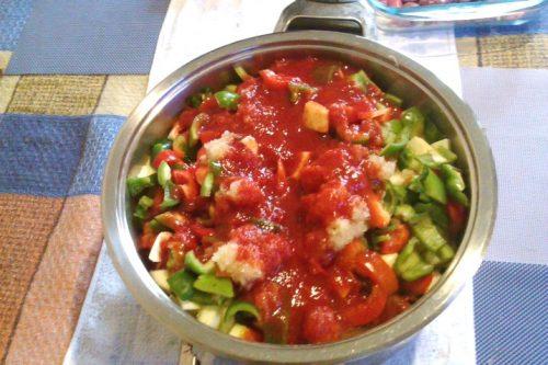залить томатной пастой кабачки