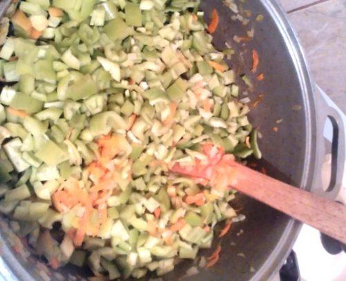 протушить лук, морковь, перец