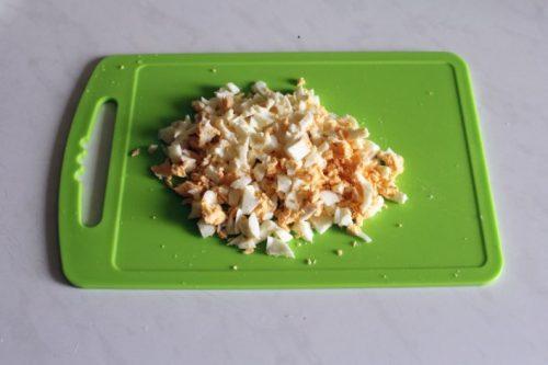 измельчить вареные яйца