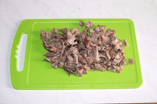 измельчить вареное мясо утки