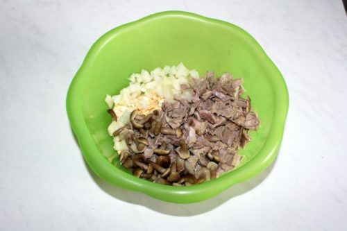нарезанные продукты для салата