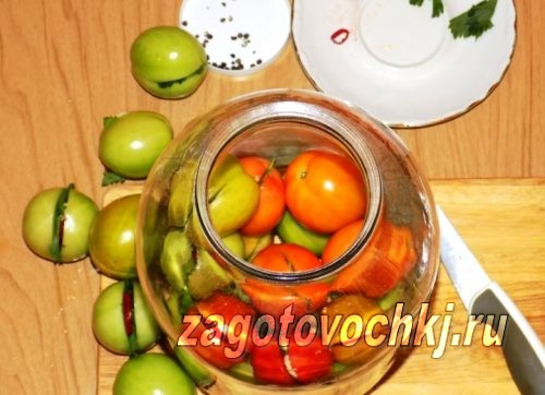 заполняем банку помидорами