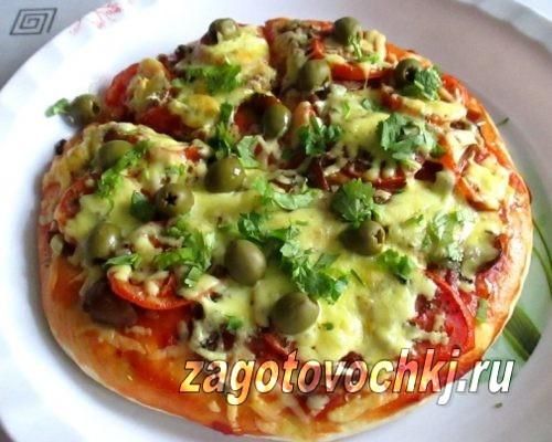 Пицца с маринованными грибами и зелёными оливками