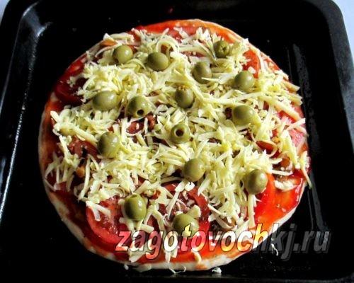 выложить на пиццу зеленые оливки и сыр