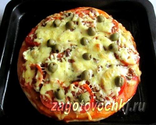 пицца с маринованными грибами и зелеными оливками