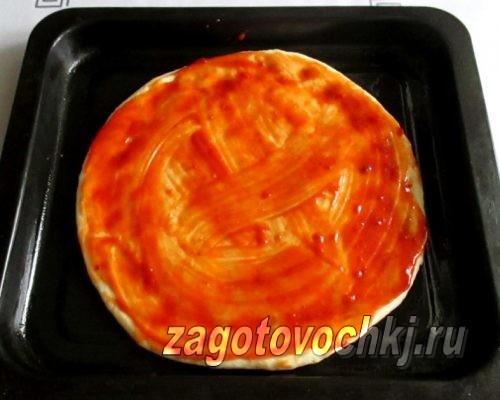 намазать тесто для пиццы кетчупом