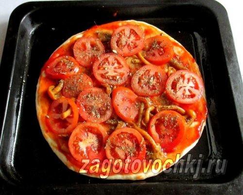 разложить кружочки помидоров на пицце