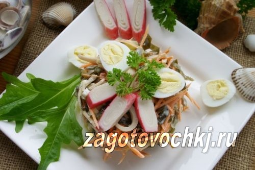 Салат из морской капусты с кальмарами и крабовыми палочками