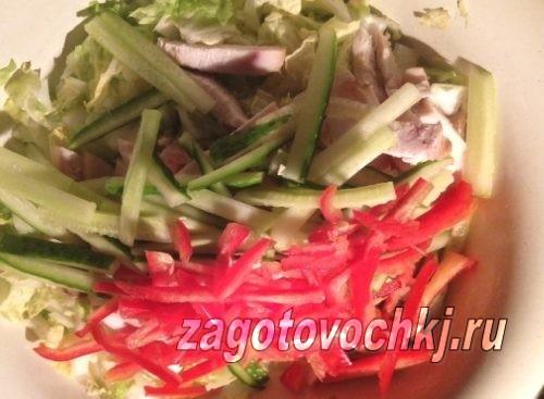 смешиваем ингредиенты салата