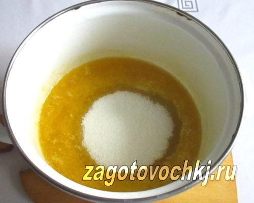 добавить сахар и ванилин в масло