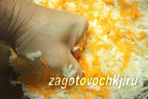 перемешать капусту с морковью
