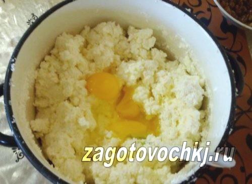 добавить яйца в творог и сметану