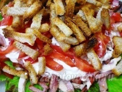 Салат с сухариками, колбасой и мясом