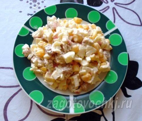 Салат из сухариков, кукурузы и крабовых палочек