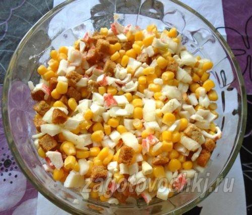 добавить кукурузу и крабовые палочки