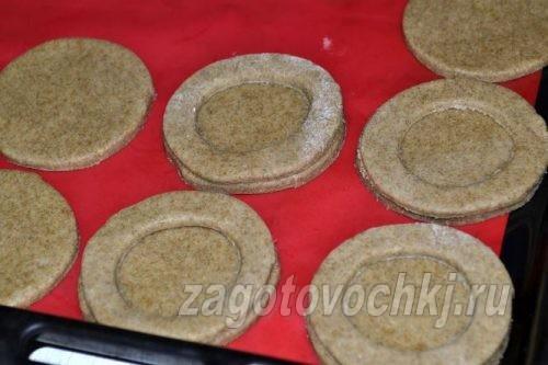 соединить две части печенья из теста