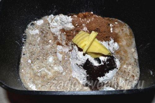 влить уксус и воду в тесто