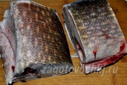 разрезать кусочки рыбы