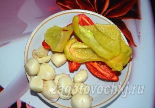 очищенный болгарский перец и чеснок