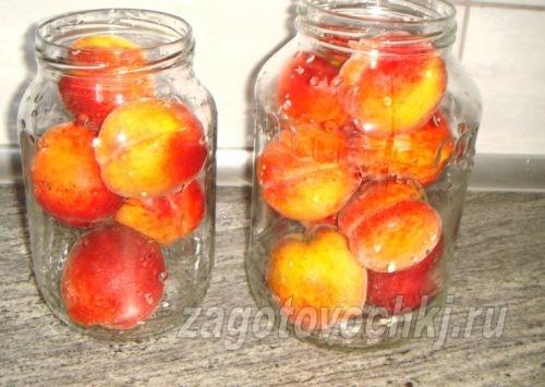 разложить персики по стерильным банкам