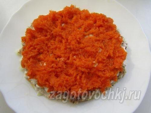 четвертый слой салата - отварная морковь