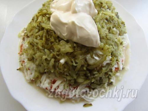 шестой слой салата - натертые соленые огурцы