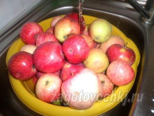 промыть яблоки под водой