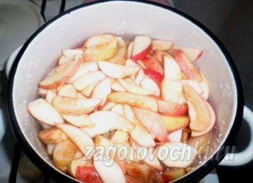 залить дольки яблок водой