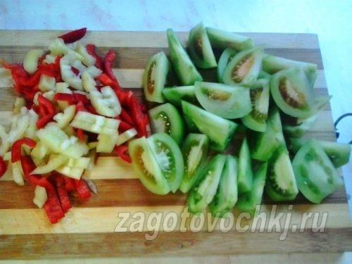 нарезать зеленые помидоры дольками