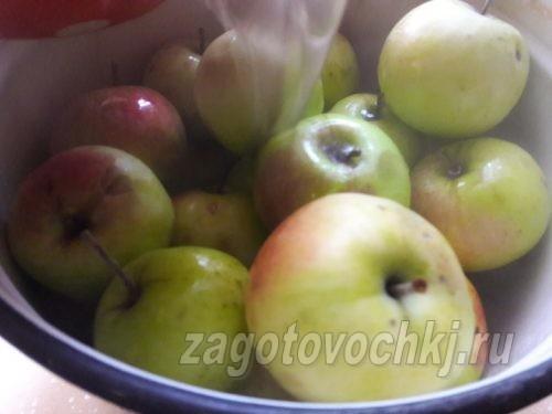 залить яблоки рассолом