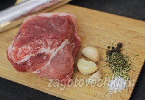 кусок свинины и специи