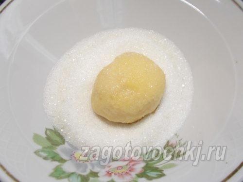 обмакнуть тесто в сахар