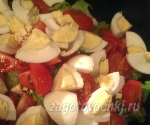 добавить нарезанные яйца в салат