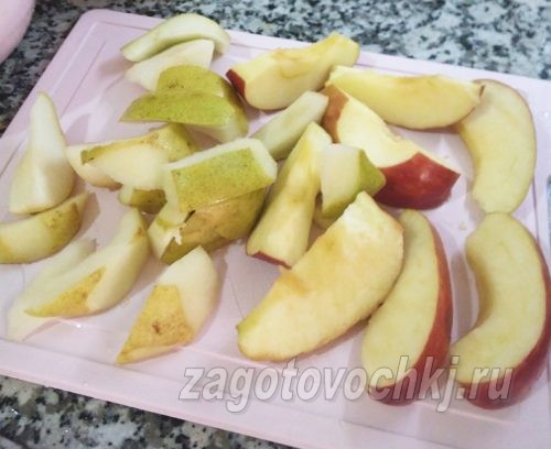нарезанные яблоки и груши