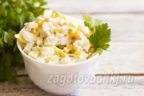 салат из консервированного кальмара с яйцом и кукурузой