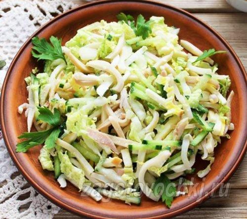 салат из консервированного кальмара с пекинской капустой
