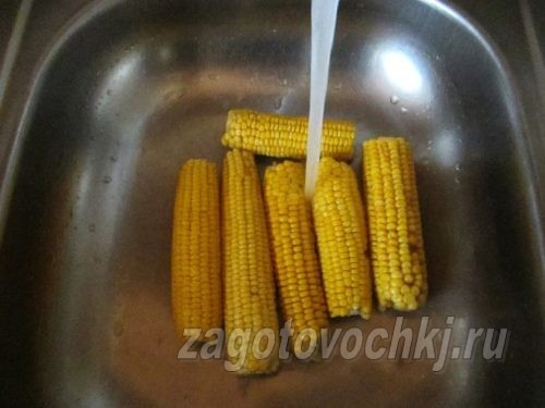 промыть кукурузу под водой