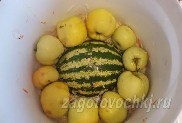 Квашеная капуста с яблоками и арбузами в ведре на зиму