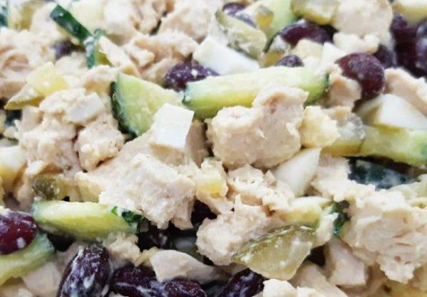 салат из консервированной фасоли и курицы