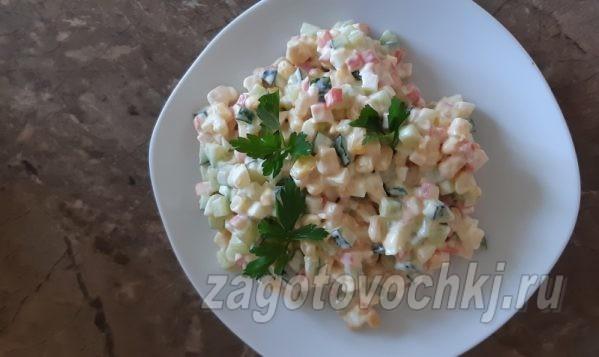 Салат с консервированной кукурузой и крабовыми палочками