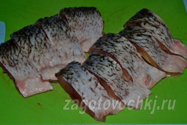 кусочки речной рыбы
