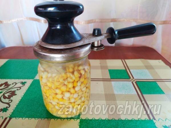 закрыть при помощи ключа банку с кукурузой