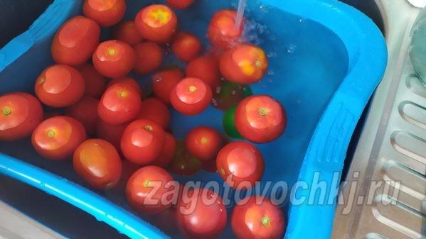промыть под проточной водой помидоры